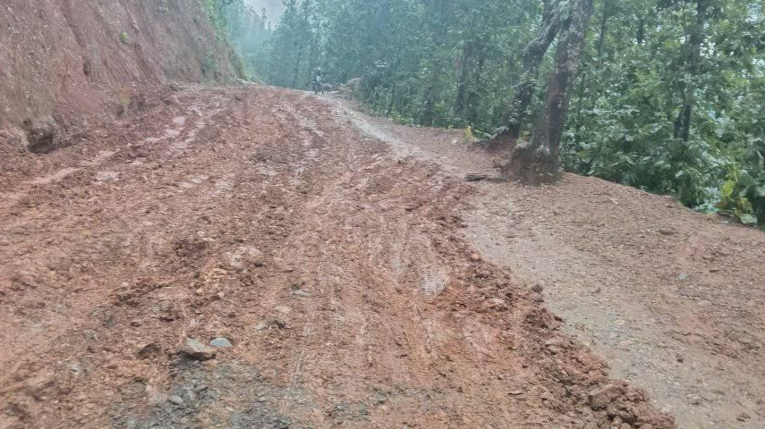 लगातारको वर्षाले बाँफिकाेटका स्थानीय सडक अवरुद्ध