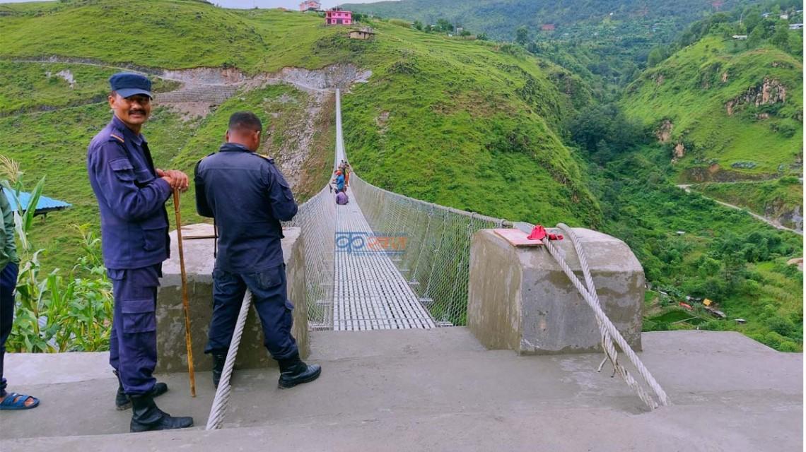 निर्माणाधिन पुलमा थेग्न नसकिने भिड बढेपछि रोक्न प्रहरी परिचालन