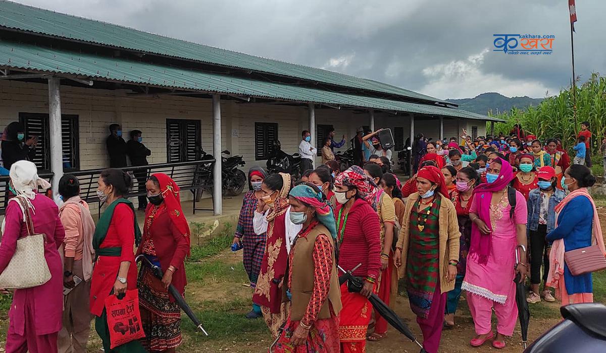 मनकला हत्याका दोषिलाई कारबाहीको माग गर्दै महिलाहरु पुगे गाउँपालिकामा